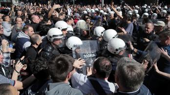 Átszakították a tüntetők az elnöki rezidencia rendőri védelmét Belgrádban