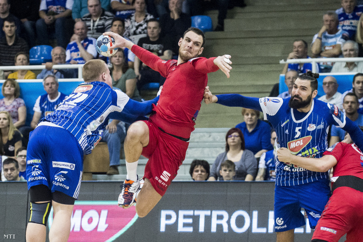 Gaber Matej (b) Pena Jorge Maqueda (b3) a Szeged és Borut Mackovsek (b2) a Veszprém játékosa a férfi kézilabda NB I-ben játszott MOL-Pick Szeged-Telekom Veszprém mérkőzésen a szegedi Városi Sportcsarnokban 2019. március 17-én.