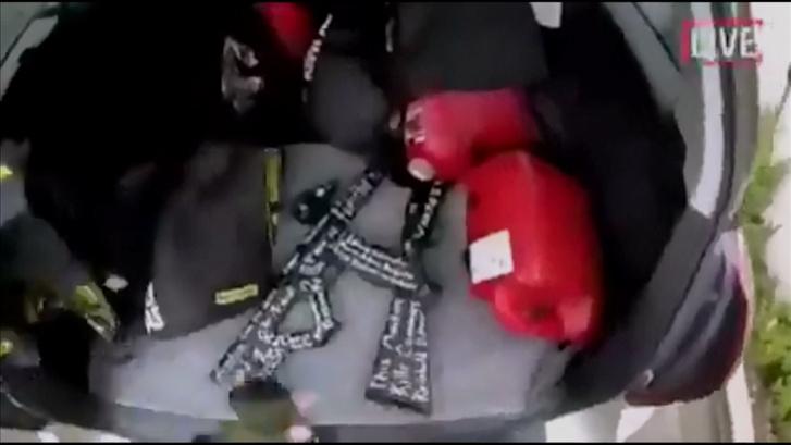 Az Új-zélandon történt terrorista merénylet során használt fegyverek, a kép az élő felvételről készült 2019. március 15-én
