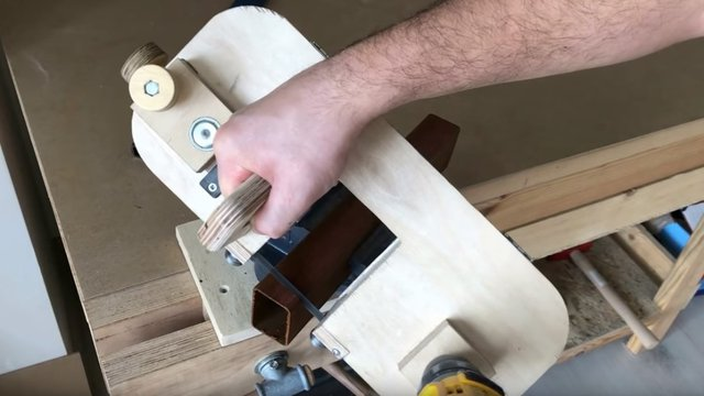 Fémvágó kézi szalagfűrész készítése