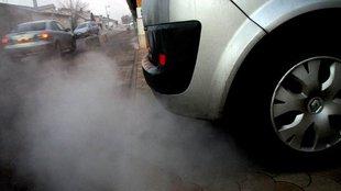 Még mindig özönlenek az országba az idős, légszennyező autók