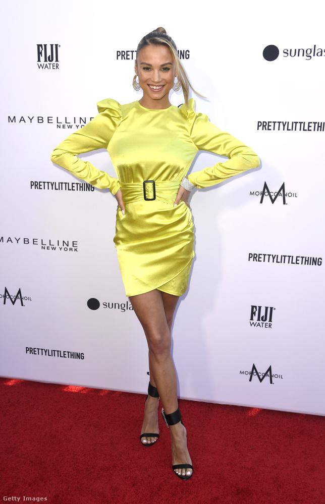 Rose Bertram a fenti elképzelést gondolhatta tovább, hogy jó lehet egy neon sárga ruhával kitűnni a tömegből egy ilyen gálán.