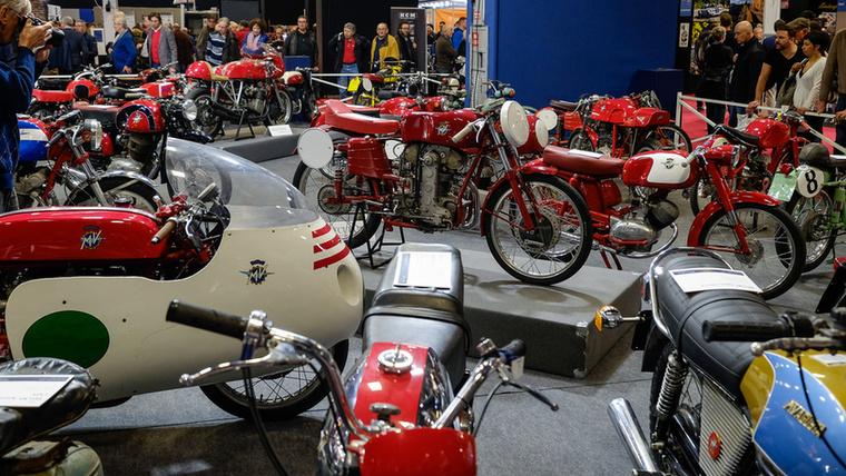 Középpontban a fogaskerék-vezérléses 125 Bialbero GP 1954-ből - 65 évvel ezelőtt ez a kis gyösz 180-at ment, 15 lóerőt tudott nyolcad literből, ehhez pedig 10 600-at pörgött