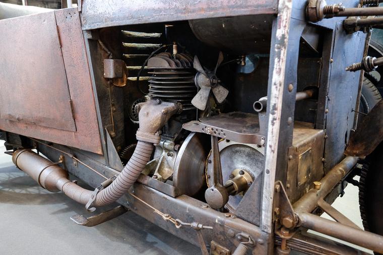 Nehéz elképzelni, hogy az a nyomorult ventilátor, pláne megfelelő csatorna nélkül hűteni tudná a motort