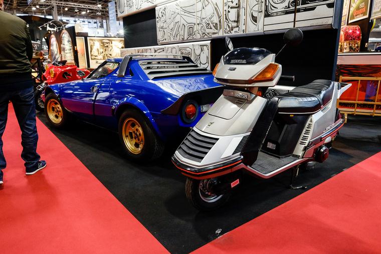 Ma már egy Honda Spacy-nek is méltó helye lehet egy csillogó oldtimer-kiállításon, még egy Lancia Stratos mellett is