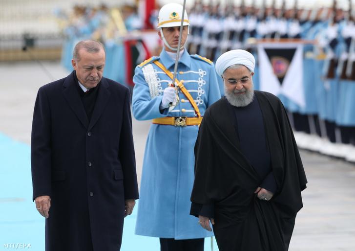 Török-iráni Magas Szintű Együttműködési Tanács ötödik ülésének alkalmából Törökországban tartózkodó Haszan Róháni iráni elnök (j) Recep Tayyip Erdogan török államfő társaságában az ankarai elnöki palotánál tartott fogadási ünnepségen 2018. december 20-án.