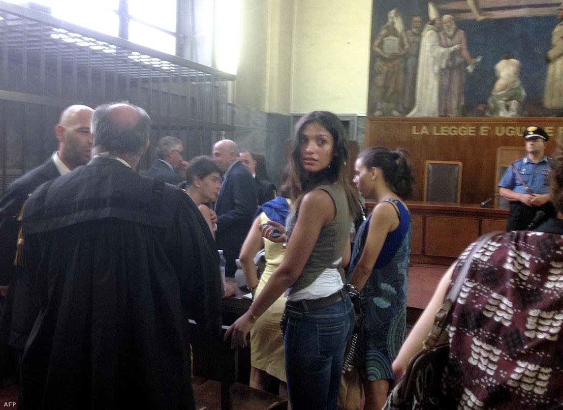 Imane Fadil modell vár a meghallgatására a milánói bíróságon, a Silvio Berlusconi kiskorúval létesített szexuális kapcsolat miatti perben 2013. július 19-én
