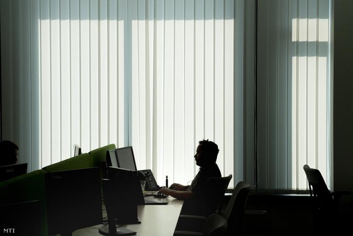 Számítógépen dolgozik egy szakember az IT Services Hungary Kft. (ITSH) újonnan felavatott IX. kerületi székházában 2018. augusztus 30-án.