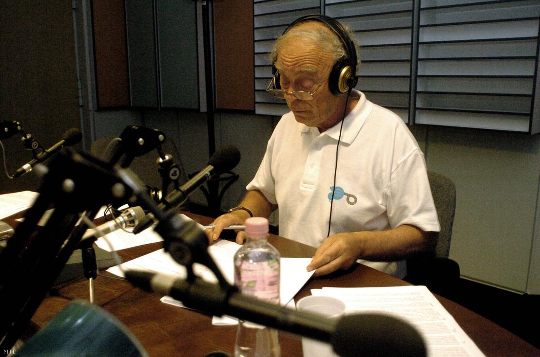 Baló György az MR1-Kossuth Rádió 180 perc című reggeli magazinját vezeti a Magyar Rádió stúdiójában 2009 augusztusában.