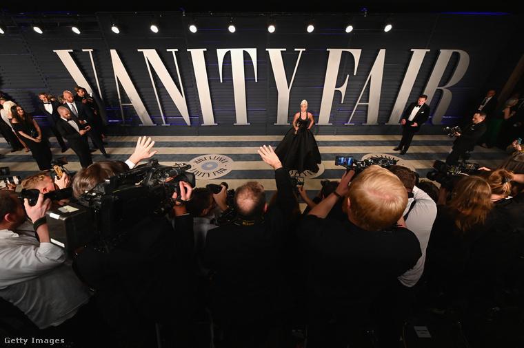 Itt Lady Gaga áll a felirat előtt.