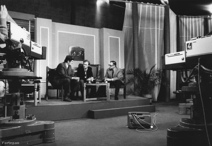 Baló György műsorvezető (k) a 25 éves Magyar Televíziót bemutató tévésorozat forgatásán, balra Kelemen Endre szerkesztő-műsorvezető, jobbra Bokor Péter rendező.