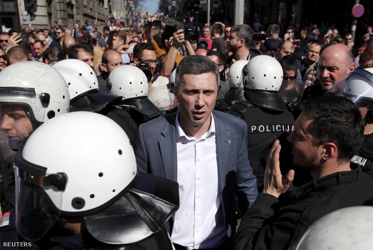 Bosko Obradovic a belgrádi elnöki palota előtti tüntetésen 2019. március 17-én.