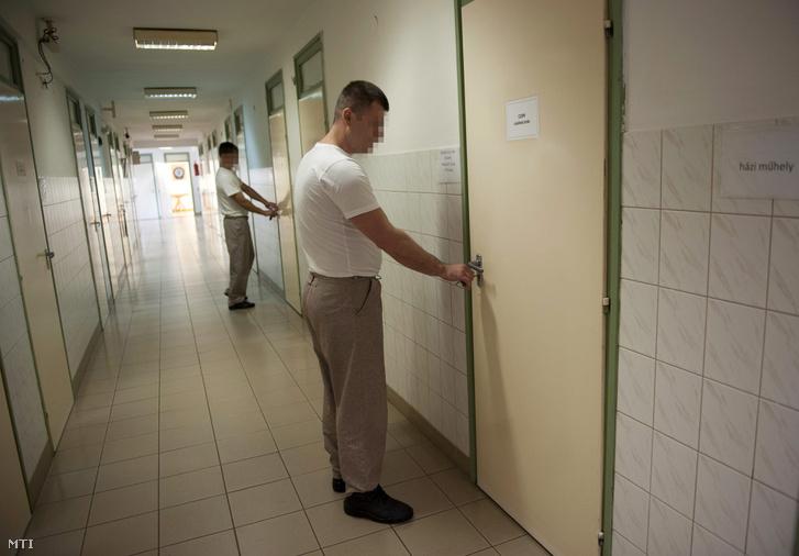Fogvatartottak kinyitják lakóhelyiségeiket a Bács-Kiskun Megyei Büntetés-végrehajtási Intézet enyhébb végrehajtási szabályok alá tartozó körletében, Kecskeméten 2013. szeptember 18-án.