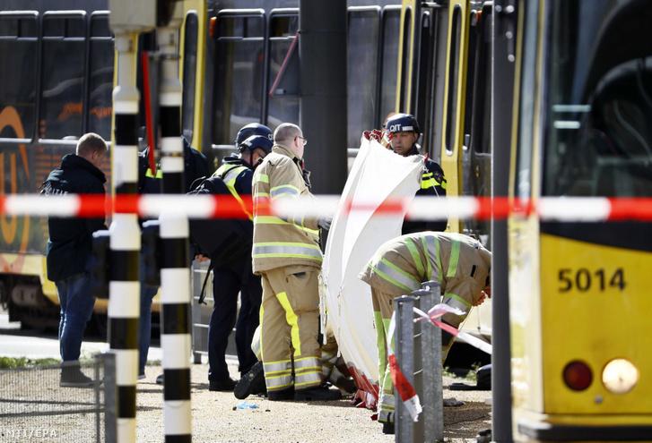 Rendőrök és mentősök az Utrecht belvárosában elkövetett lövöldözés helyszínén 2019. március 18-án.