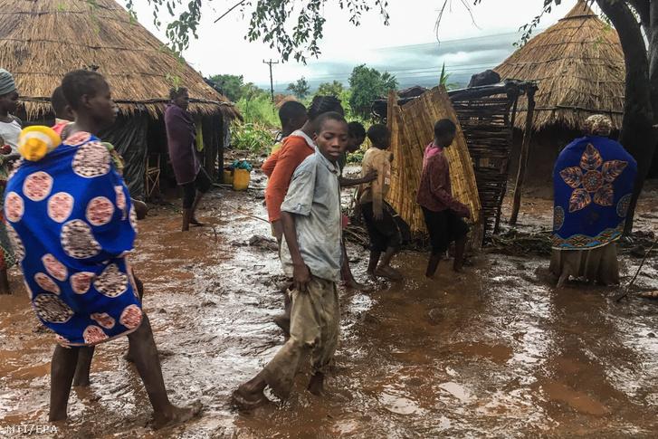 2019. március 18-án közreadott képen sártengerben gázolnak helyiek a Mozambik középső részén fekvő Chiluvi faluban március 13-án, az Idai ciklon elvonulása után.