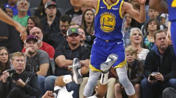 Curry a saját hárompontos vonaláról dobott kosarat