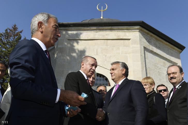 Recep Tayyip Erdogan török köztársasági elnök (középen b) és Orbán Viktor miniszterelnök (középen j) Gül Baba felújított türbéjének felavatásán Budapesten 2018. október 9-én. Balról Adnan Polat