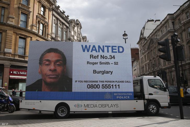 Körözött személy képe a Trafalgar Square-en, Londonban 2019. március 18-án