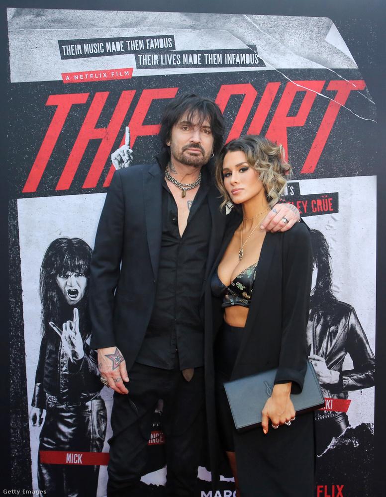 Dehát ha már róluk szól a film, megjelentek természetesen a Mötley Crüe tagjai közül is néhányan, itt például Tommy Lee látható, akinek második felesége Heather Locklear, harmadik felesége pedig Pamela Anderson volt