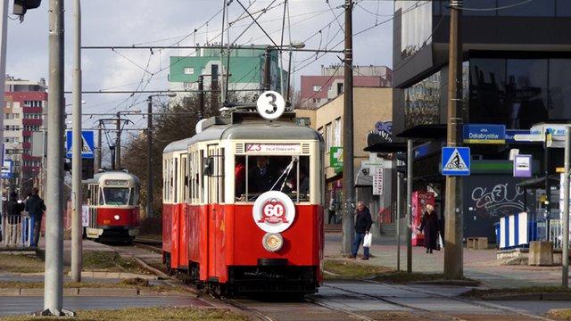 Piros-fehér villamosok a Fekete Madonna városában