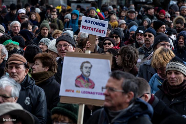 2019. február 12-i élőláncos tiltakozás az Akadémia szétverése ellen.