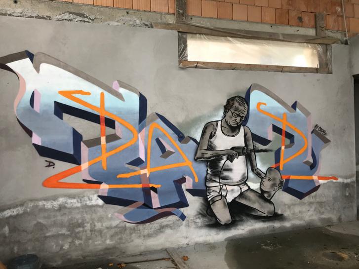 Egy graffiti a félkész luxusházban