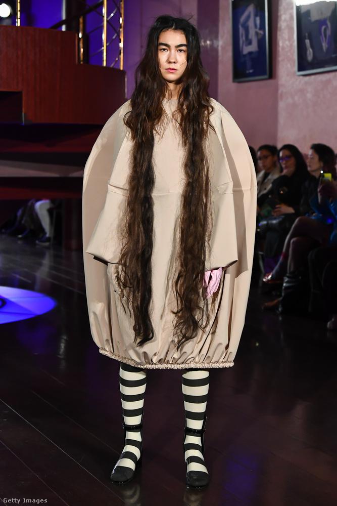 A frizuráról A kör című japán horrorfilm, a bevarrt zsáknak tűnő ruháról az Audition című japán horrorfilm jut az eszembe