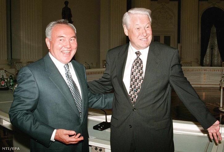 1998. július 6-án a moszkvai Kremlben készített kép Nurszultan Nazarbajev kazah (b) és Borisz Jelcin orosz elnökről.