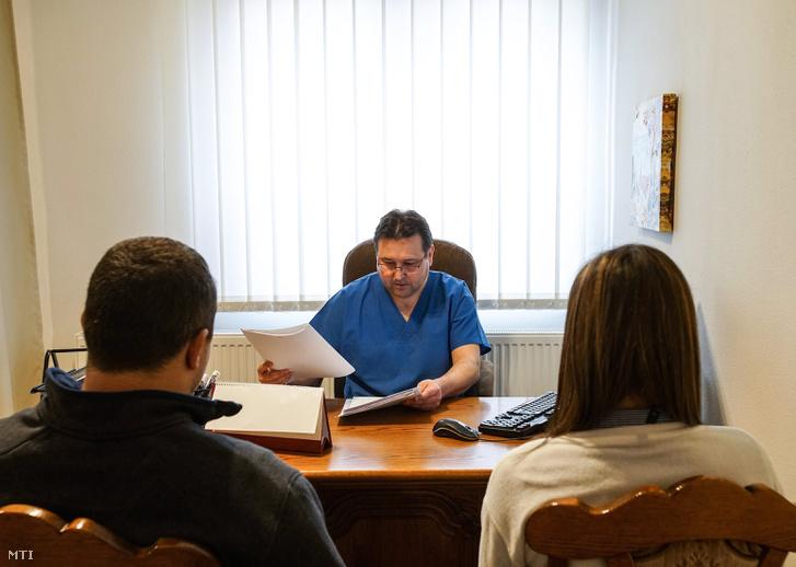 Debreceni szülész nőgyógyász szakorvos rendelés közben. Az intézet havonta 25-35 lombik ciklus kezelést teljesít, ennek részeként az inszeminációt és az embrió beültetést alkalmazva.