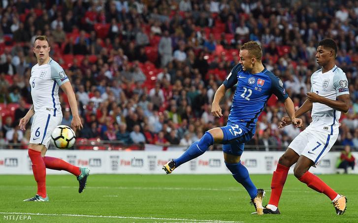 A szlovák Stanislav Lobotka (k) gólt lő az Anglia-Szlovákia labdarúgó világbajnoki selejtező mérkőzésen Londonban 2017. szeptember 4-én.