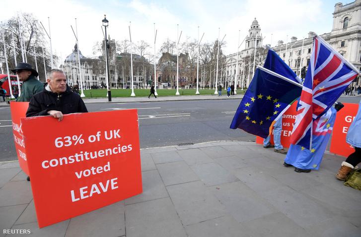 Tüntetők és ellentüntetők a londoni parlament előtt 2019. március 18-án