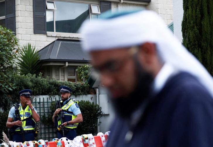 Rendőrök az Al Noor mecset előtt Christchurchben 2019. március 19-én