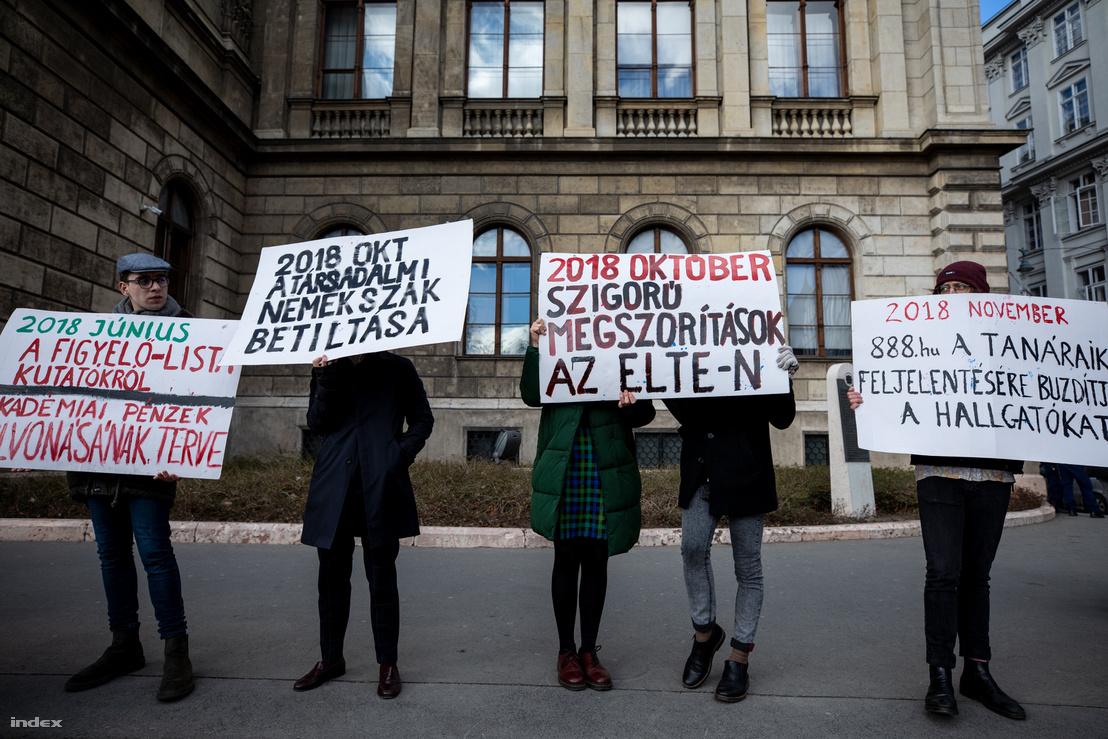 Élőlánc a Magyar Tudományos Akadémia előtt az MTA kutatóintézeteiért 2019. február 12-én