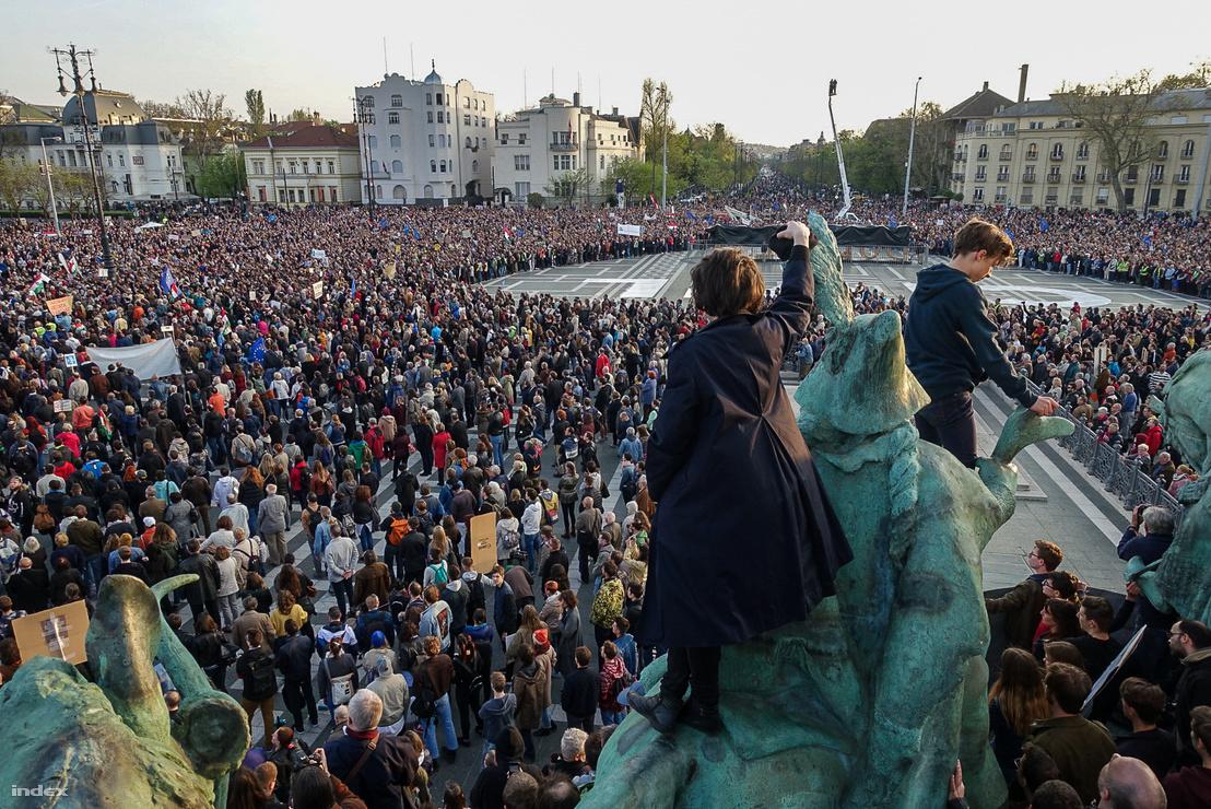 Tüntetés a civiltörvény ellen a budapesti Hősök terén 2017. április 11-én