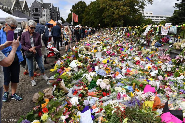 Gyászolók az új-zélandi Christchurchben elkövetett kettõs terrortámadás áldozatainak emlékére elhelyezett virágok elõtt