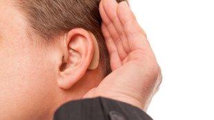 Így kell helyesen betenni egy hallókészüléket