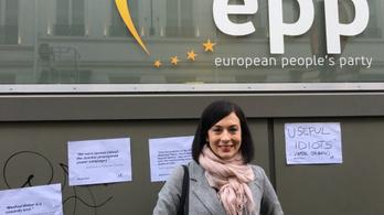 Bayer- és Kövér-idézetekkel tapétázta ki a Momentum a Néppárt brüsszeli székházát