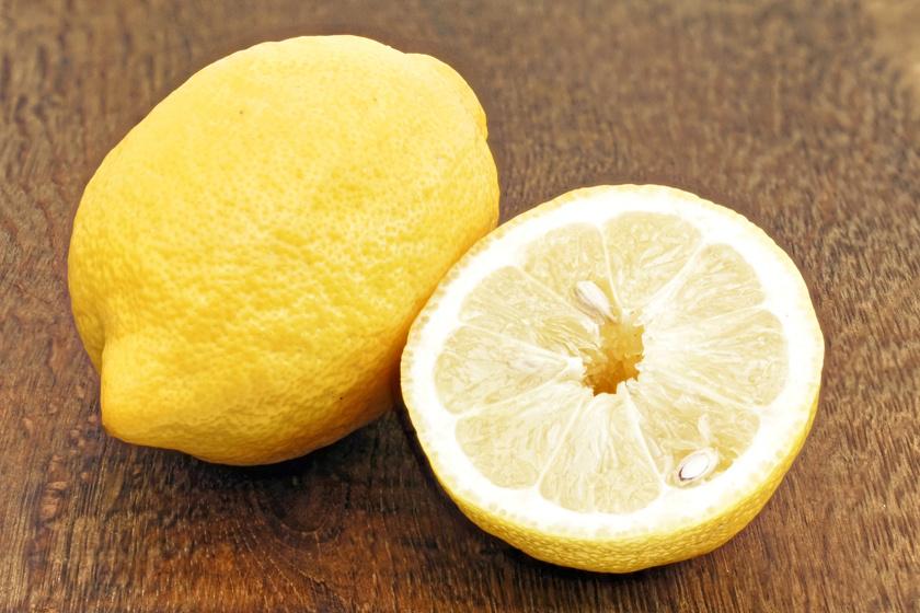 A citromlé és az ecet is kiváló folttisztító, és az izzadságfoltok esetén is nagy sikerrel vetheted be őket. Keverj össze egyenlő arányban friss citromlevet és vizet, majd ezzel dörzsöld át a ruha hónaljrészét. Ha a folt makacs, akkor a citrommal közvetlenül is átdörzsölheted.