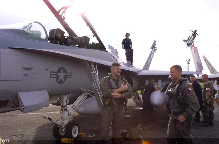 Az Amerikai Légierõ észak-karolinai 533-as egységének pilótái. Az észak-karolinai Beaufortból összesen 24 F-18-as típusú repülőgépet vezényeltek a taszári légitámaszpontra hogy készen álljanak a NATO Jugoszlávia elleni csapásaiban történő részvételre.