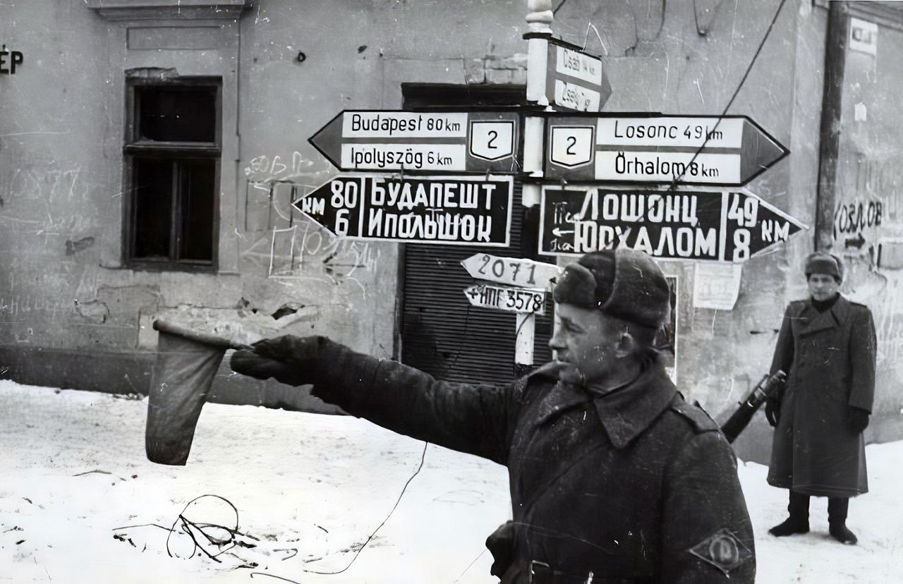 Cirillbetűs és magyar útjelző táblák, a helyszín Balassagyarmat. Budapest még nyolcvan kilométer.