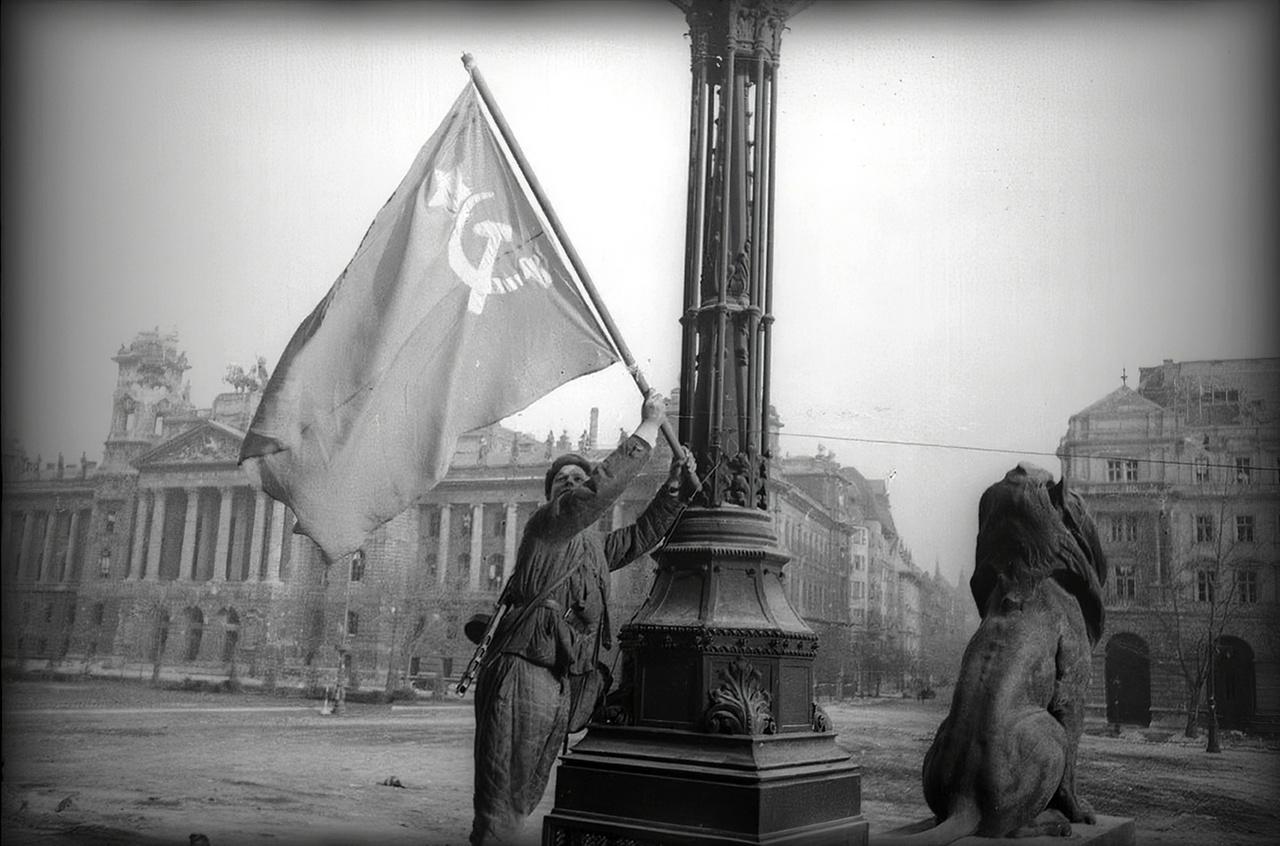 Sarló-kalapácsos zászló került a Parlament elé.