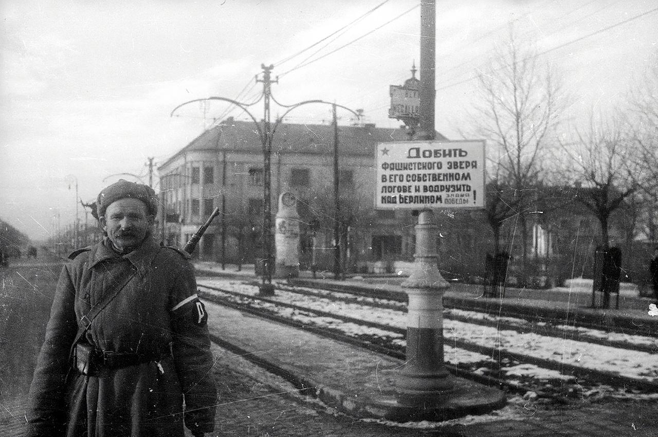 """Kispet, Kosuth tér. Az orosz tábla jelentése: """"Kapd el a fasiszta vadat a saját odújában és akaszd fel Berlin fölé! Győzni fogunk."""""""