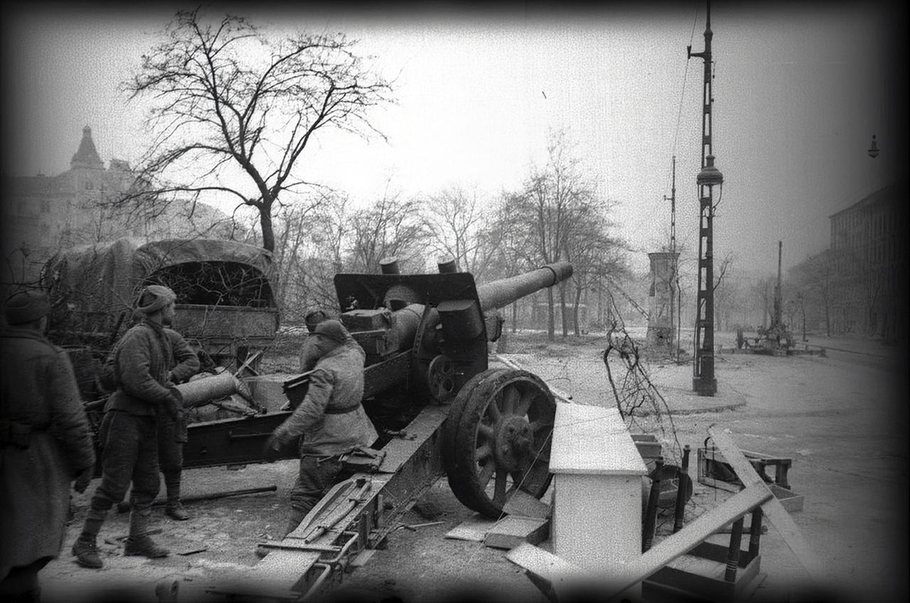 Szovjet löveg a VIII. kerületi Kálvária téren.