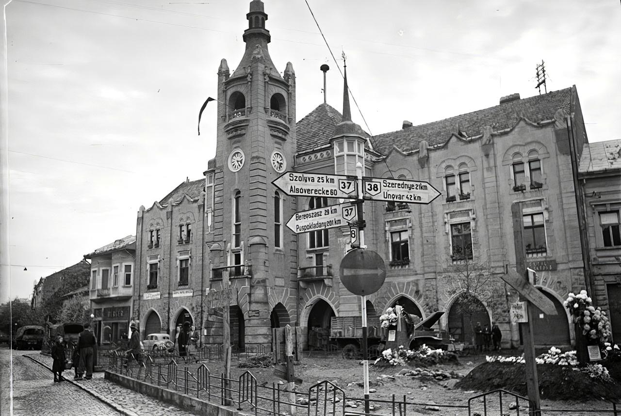 A munkácsi városháza előtt, az akkori Horthy Miklós (ma: Duhnovics) téren.