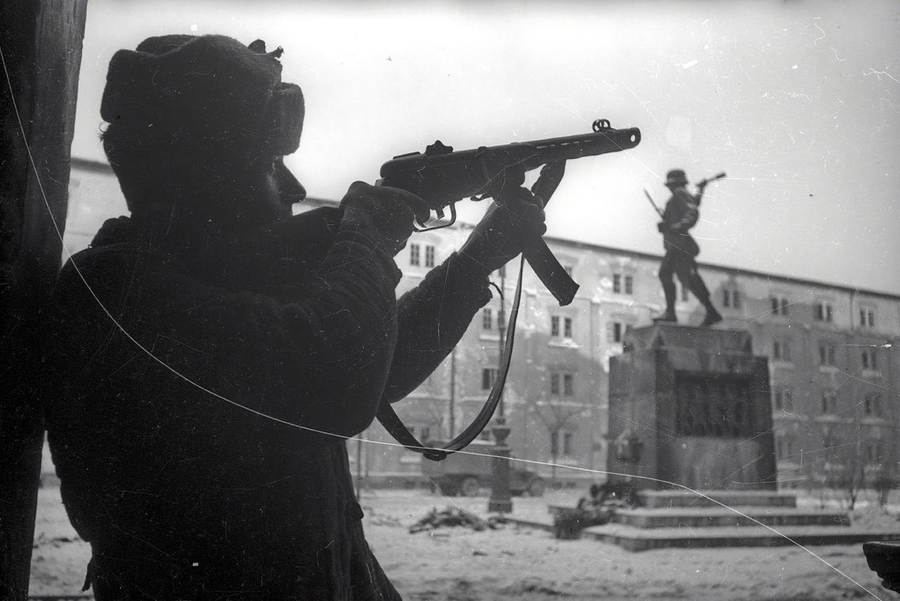 Magyar honvédemlékmű és szovjet katona találkozása a Haminckettesek terén, Józsefvárosban.