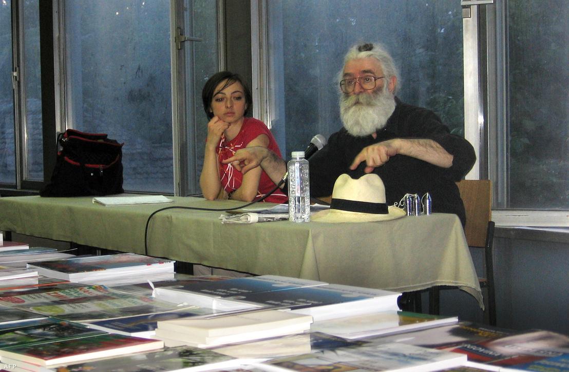 2008. július 22-én kiadott kép Radovan Karadžić-ról, pontos készítés dátuma és helyszíne ismeretlen. 2008. július 21-én tartóztatták le.