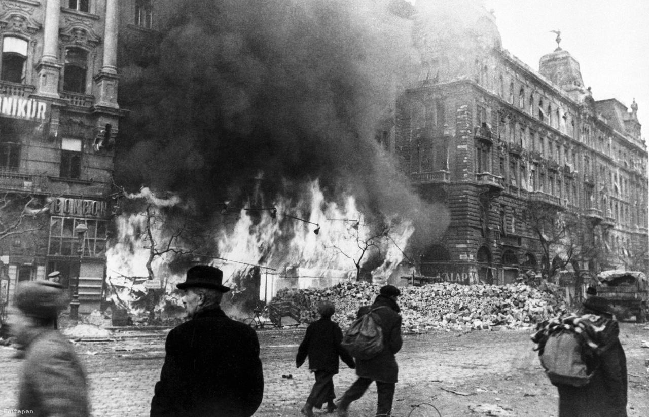 """Nyugati (Berlini) tér, jobbra a Váci út.""""Murmanszkban a lebombázott házak helyén csak a kémények maradtak meg. Jött egy asszony, hátán egy ládával. Azt kérdezte, nem szégyelled magad, fényképezed a nyomorúságunkat? Mondtam neki, a történelemnek fotózom és ígérem, lesz ilyen képem Berlinből is"""" – mesélte Haldej."""