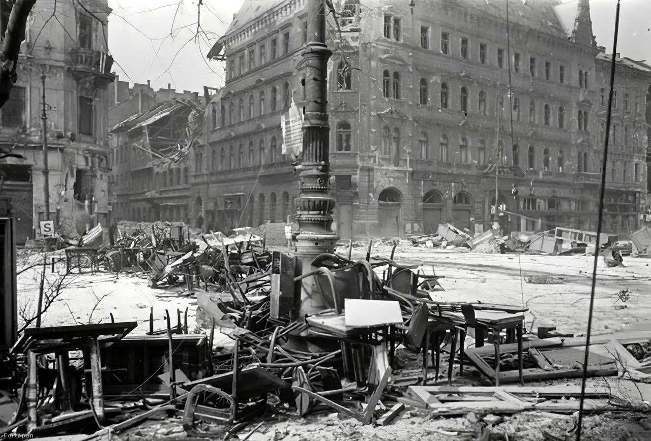 József körút. a Baross utca kereszteződésénél, Józsefváros.A berlini zászlós szovjet katona nélkül szegényebb lenne a II. világháború krónikája. Igazán szép történelmi fricska, hogy a Sztálin-nosztalgiával ma is szovjet zászló alatt vonulók, akik sokszor a zsidókat okolják a nagyhatalom széthullásáért, olyan képet cipelnek, amelyet egy zsidó készített. A híressé lett zászlót egyébként Haldej és egy Izrael Kisicer nevű kollégája varrta.