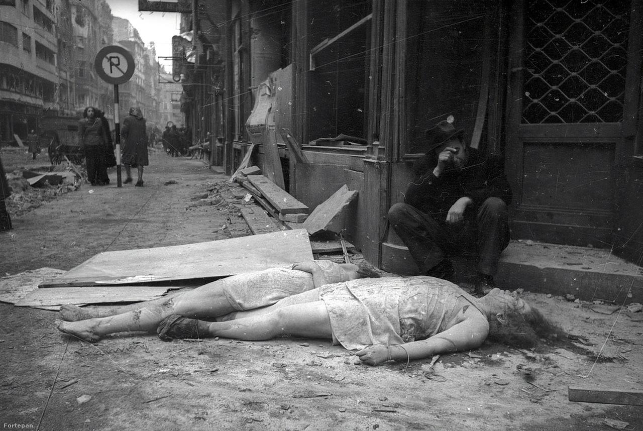 Petőfi Sándor utca a Pilvax köz sarkánál, Belváros-Lipótváros.A háború borzalmait viszont nem kendőzte el – elvégre azok nem a szovjet rendszer bűneként voltak értelmezhetők. (Bár az 1937-es tisztogatással, a szovjet vezérkar lefejezésével Sztálin bizonyosan csökkentette a hadsereg védekezőképességét, ami meg is mutatkozott a német támadás első fél évében.