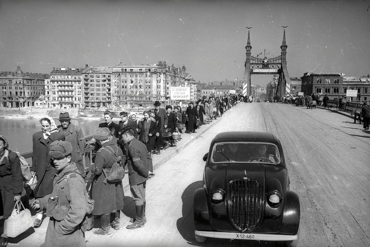 Ferenc József (ma Szabadság) híd ideiglenes helyreállítása 1945-ben.Haldej hagyatéka a fotós halála után tisztázatlan módon egy amerikai ügynökséghez került. Lánya 15 évnyi pereskedés után szerezte vissza a sokezernyi képet.
